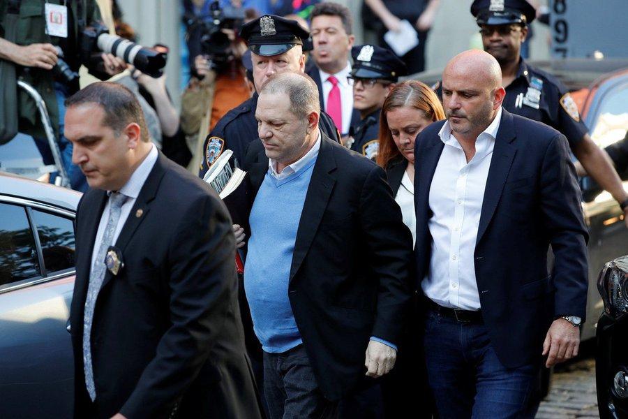 O produtor de cinema Harvey Weinstein se entregou às autoridades em uma delegacia de Nova York por acusações de crimes sexuais, meses depois de ter sido acusado por dezenas mulheres de assédio sexual; mais de 70 mulheres acusaram o cofundador do estúdio de cinema Miramax e da Weinstein Co de assédio, incluindo estupro