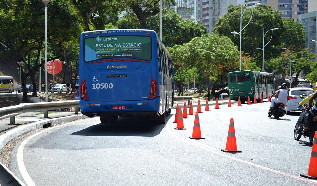 """A frota de ônibus em circulação na capital baiana foi reduzida em 20% nesta sexta-feira (25) por causa da greve dos caminhoneiros; diminuição pode crescer de acordo com o desabastecimento dos veículos; plano de contingência do município prevê que apenas 50% da frota irá rodar pelas ruas de Salvador neste sábado (26) e """"Se não normalizar vai parar tudo até terça-feira"""", revela Fábio Mota, secretário de Mobilidade Urbana"""