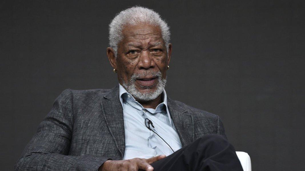 """De 16 mulheres ouvidas pela rede de televisão CNN, oito acusaram o ator americano Morgan Freeman de assédio sexual; as demais relataram que o ator teve """"comportamento inapropriado""""; um dos casos mostrados envolve uma assistente de produção do filme """"Despedida em grande estilo"""" (2017); ela disse à emissora que Freeman """"ficou tentando levantar minha saia e perguntando se eu estava usando calcinha"""""""