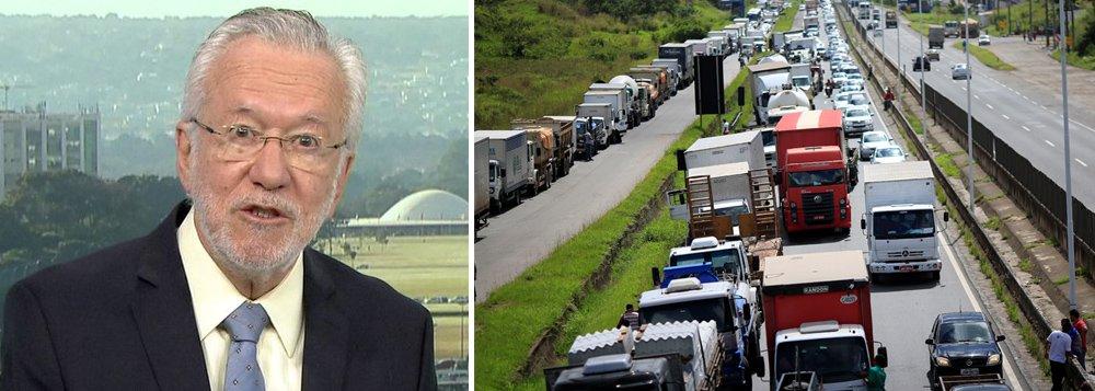 O jornalista Alexandre Garcia, comentarista da Globo, entrou para os assuntos mais comentados do Twitter na manhã desta segunda-feira, 28, por ter sugerido que a culpa da greve dos caminhoneiros era dos ex-presidentes Lula e Dilma, pelos incentivos dados na compra de caminhões; confira reações