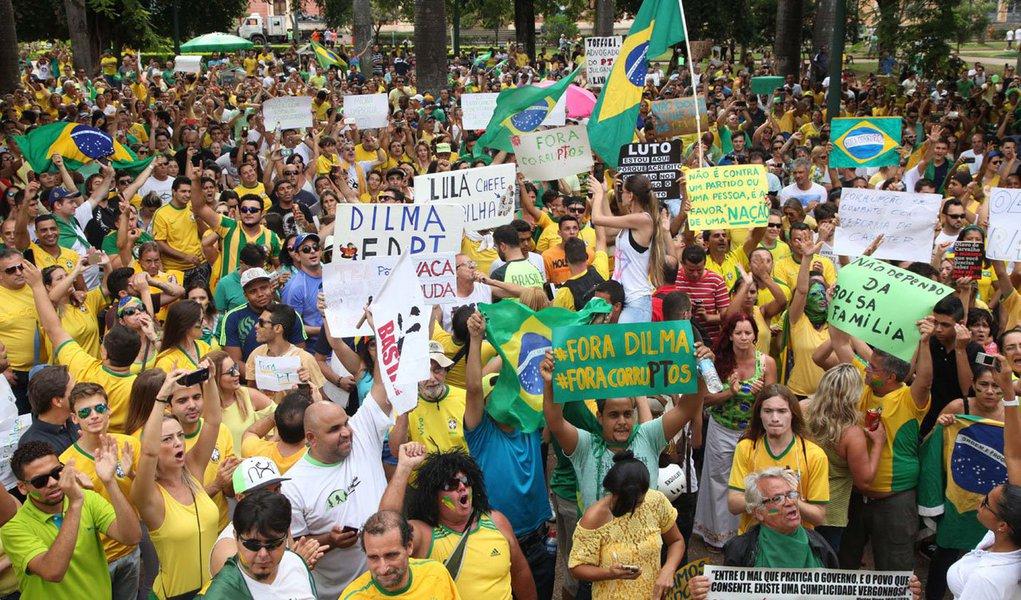 Fotos Publicas .Credito Marcelo Sant Anna/15/03/2015.Cidade Belo Horizonte - Local: Praça da Liberdade, manifestação ato contra governo Dilma e corrupção na Petrobras.