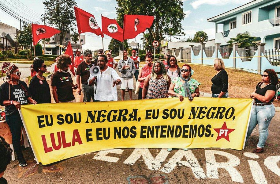 Movimento negro em vigília pede liberdade do ex-presidente Lula