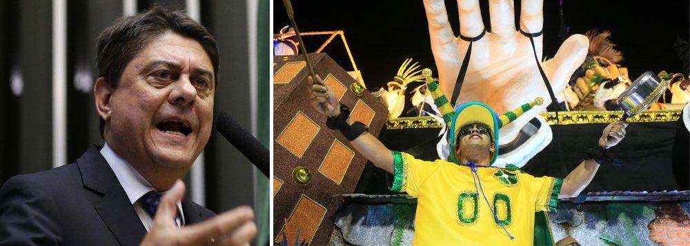 """""""Estamos a poucos dias da estreia da seleção brasileira na Copa do Mundo e o silêncio, apatia e a ausência do verde e amarelo pelas ruas do país é a tônica que reflete o triste momento que vivemos"""", diz o deputado Wadih Damous (PT-RJ), que afirma que, apesar da Globo e da CBF, irá torcer pela seleção brasileira"""