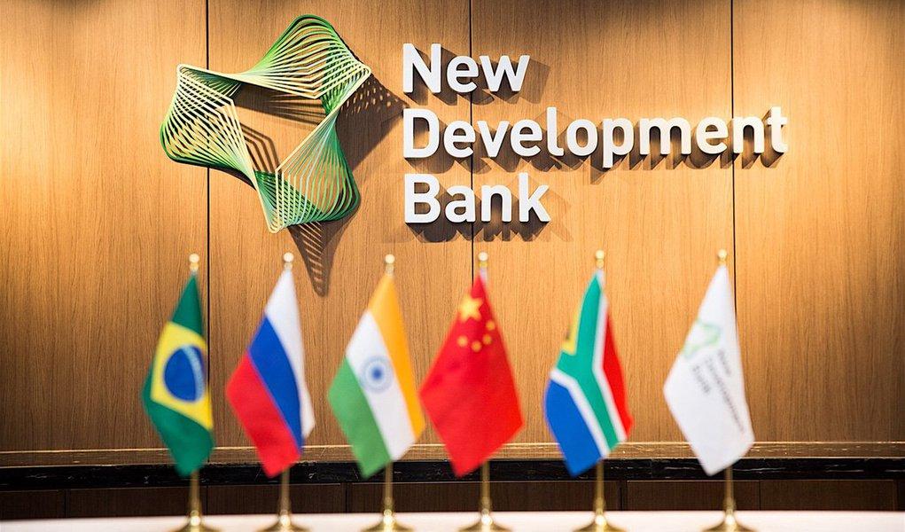 O Novo Banco de Desenvolvimento (NBD), instituição criada pelos países membros do Brics (que reúne o Brasil, a Rússia, Índia, China e África do Sul), abrirá seu escritório regional das Américas no Brasil neste ano; o NDB tem como objetivo financiar projetos de infraestrutura e desenvolvimento sustentado em países do grupo e outras economias emergentes e países em desenvolvimento