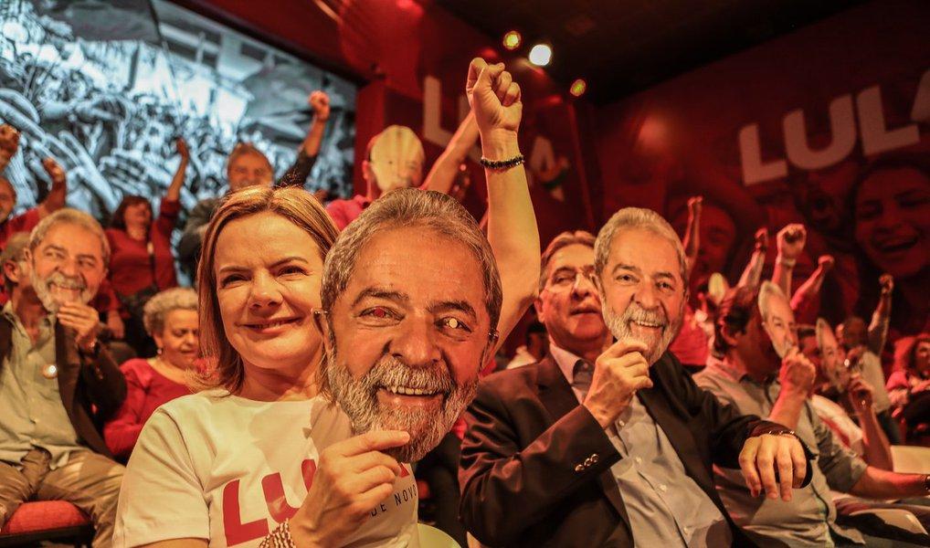 """""""Minha candidatura representa a esperança, e vamos levá-la até as últimas consequências, porque temos ao nosso lado a força do povo"""", diz Lula, que lidera todas as pesquisas e vem sendo mantido como preso político em Curitiba para ser excluído do processo eleitoral; ontem, militantes do PT usaram máscaras no lançamento da sua candidatura"""