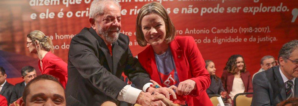"""O PT pedirá à Justiça uma autorização para que o ex-presidente Lula possa gravar vídeos com mensagens políticas enquanto estiver preso; a presidente nacional do PT, senadora Gleisi Hoffmann, disse que Lula """"está na prerrogativa dele""""; """"Ele é um cidadão e pode se manifestar politicamente"""""""