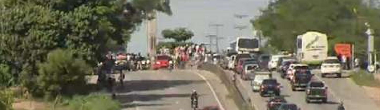 Nas imediações do Km 20 da BR-116, no sentido interior/capital, micro-ônibus e vans ocupam uma das faixas dificultando o trânsito na rodovia. Os topiqueiros se associam aos caminhoneiros contra o preço dos combustíveis