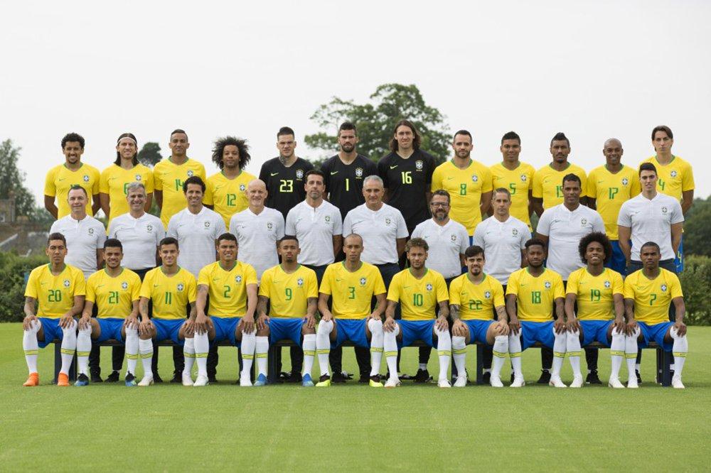 A Confederação Brasileira de Futebol divulgou nesta sexta-feira (8) a foto oficial da seleção brasileira, juntamente com a equipe técnica, para a copa do Mundo Rússia 2018; na foto oficial, a equipe técnica, comandada pelo treinador Tite, usa camiseta branca
