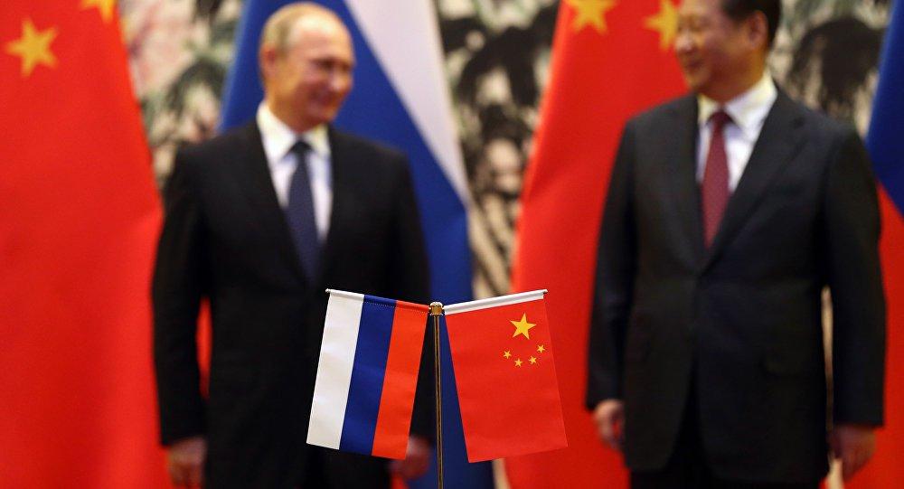 """O presidente russo Vladimir Putin e seu homólogo chinês, Xi Jinping deram luz verde a um maior """"crescimento da cooperação russo-chinesa no setor financeiro, aumento na participação das moedas nacionais nos pagamentos comerciais, investimentos e financiamento""""; além disso, os países concordaram também em """"expandir a colaboração em tais áreas como os sistemas de pagamento e seguros"""""""