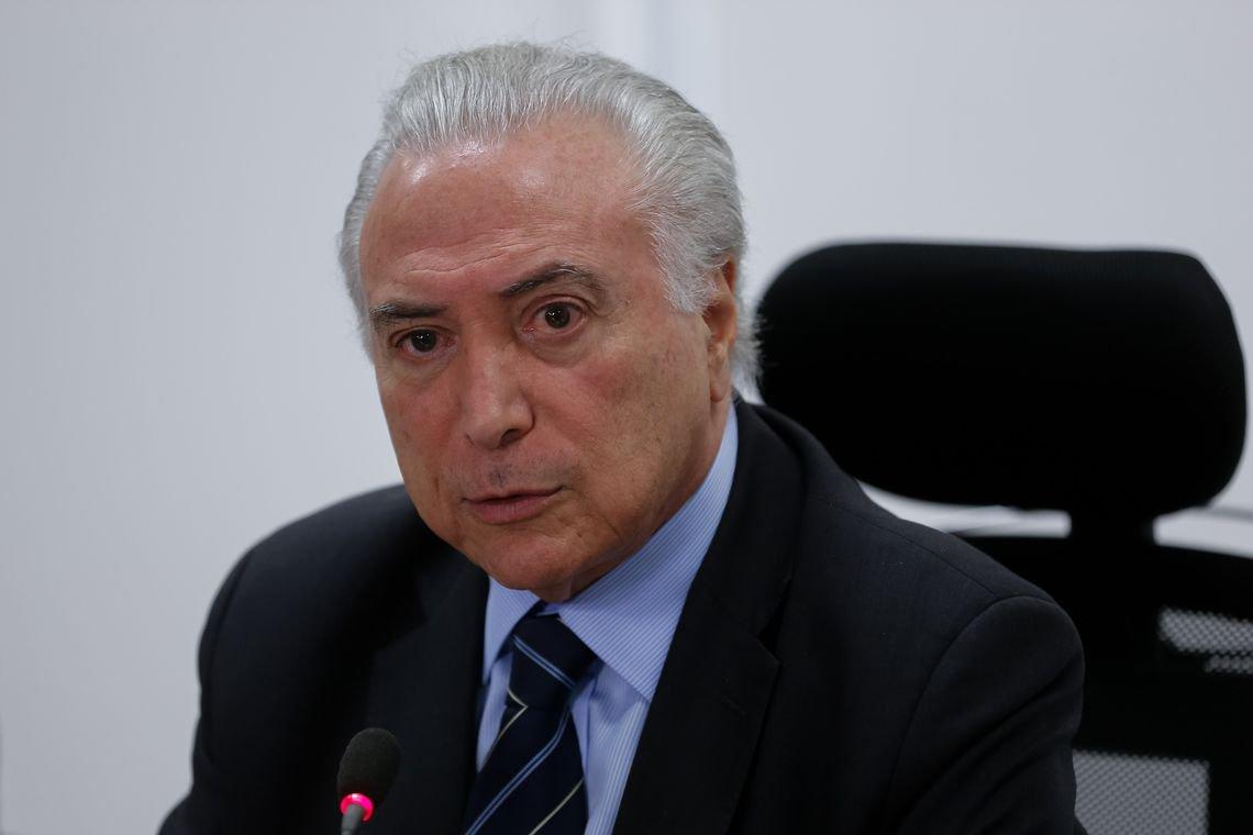 Temer está madurinho para cair. Basta o povo brasileiro balançar o galho.Não faltam caminhões para transportar para bem longe, a carga pesada que ele e sua quadrilha estão colocando sobre os nossos ombros