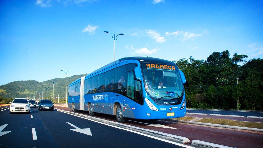 Apesar de ter sido reabastecido no final da tarde de sábado (26), o BRT opera com 56 ônibus, 20% da frota; sem diesel, só 13% dos ônibus estão circulando; as barcas também interromperam algumas linhas; PRF revela que o Estado do Rio ainda tem 24 pontos de bloqueio nas estradas