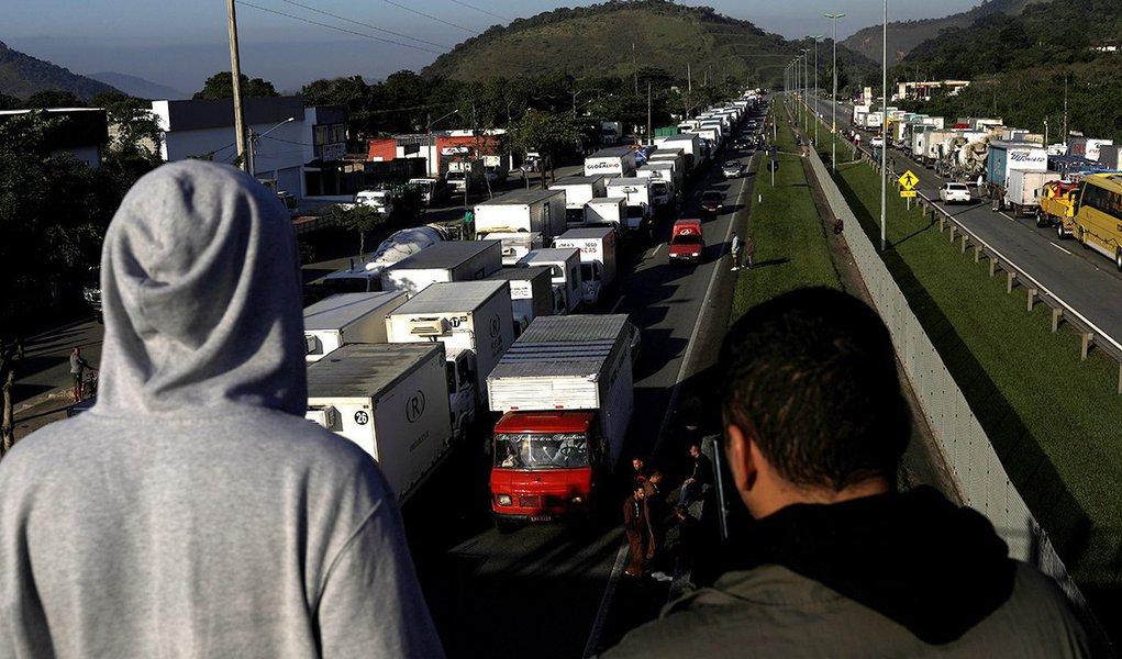 Caminhoneiros bloqueiam BR-116 em Guapimirim, perto do Rio de Janeiro 08/05/2018 REUTERS/Ricardo Moraes