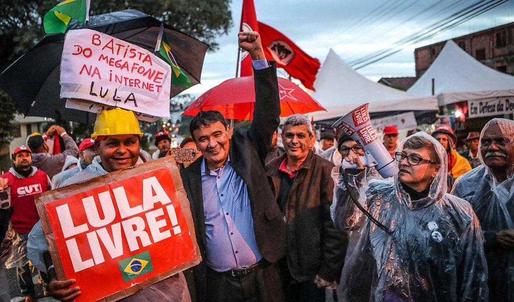 """Após visitar Lula em Curitiba, o governador Wellington Dias disse que o ex-presidente fica emocionado quando fala do desmontes dos programas sociais, do preço do gás, do combustível, que coloca os mais pobres em dificuldades; apesar disso, """"a gente sai de lá confortado porque ele é uma pessoa que a gente chega com a intenção de dar força e é ele que dá força pra gente"""", afirmou o governador"""