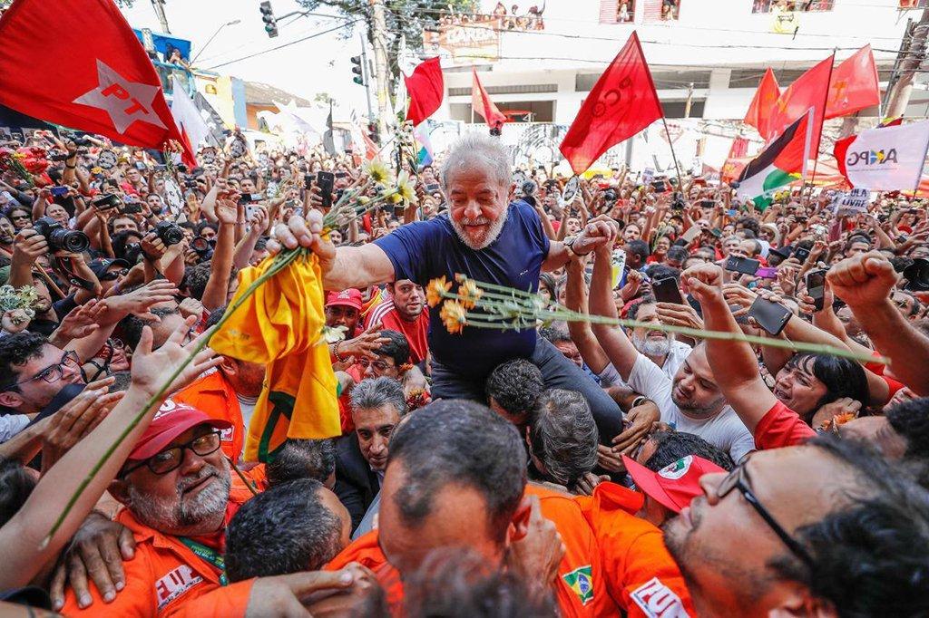 """Em nota, a Frente Brasil Popular afirmou que o ex-presidente Lula """"é inocente e continua desafiando a Lava Jato a provar que algum dia tenha recebido ilicitamente sequer dez centavos, de quem quer que seja""""; segundo a entidade, """"o Brasil só vai superar a profunda crise em que se encontra por meio de eleições livres e democráticas, com a participação de todas as forças políticas e de todos os candidatos, inclusive Lula"""""""