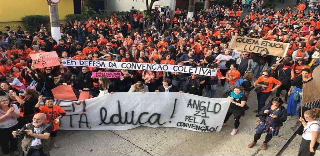 Cerca de 3 mil professores de 37 escolas particulares da capital paulista estão parados, informou o Sindicato dos Professores de São Paulo (Sinpro-SP). Eles protestam contra a retirada de direitos da convenção coletiva, permitida pela reforma trabalhista