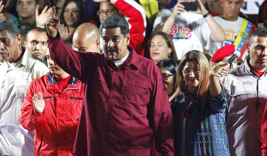 Com 92% dos votos apurados, o Conselho Nacional Eleitoral da Venezuela difundiu um boletim de apuração dando conta da tendência irreversível dos resultados; Nicolás Maduro foi reeleito com 5.823.728 votos; seu principal concorrente, Henri Falcon, alcançou 1.820.552 votos; apresidente do Conselho Nacional Eleitoral (CNE)da Venezuela, Tibisay Lucena, ressaltou que desde as primeiras horas deste domingo (20), o processo eleitoral transcorreu com tranquilidade em todo o país