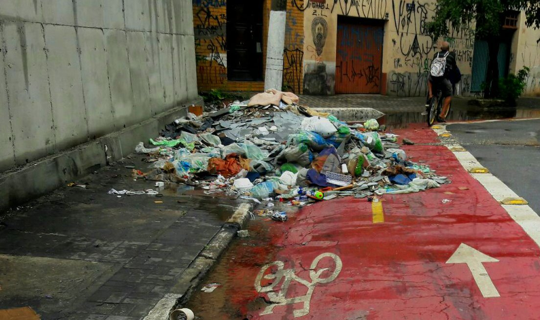 São Paulo SP Brasil Na rua Lopes Oliveira no bairro de Santa Cecilia ciclovia tomada de lixo impedindo trafego de ciclista. Foto Fernand Carvalho Fotos Publicas