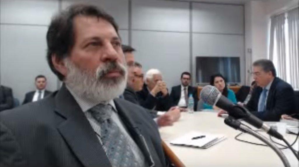 Depois que o TRF4 negou os embargos de declaração do ex-tesoureiro do PT Delúbio Soares, Sérgio Moro decretou nesta noite sua prisão; Delúbio foi condenado em segunda instância na Lava Jato a 6 anos de prisão; Moro também autorizou que eleseja transferido ao Complexo Médico Penal, presídio na região metropolitana de Curitiba