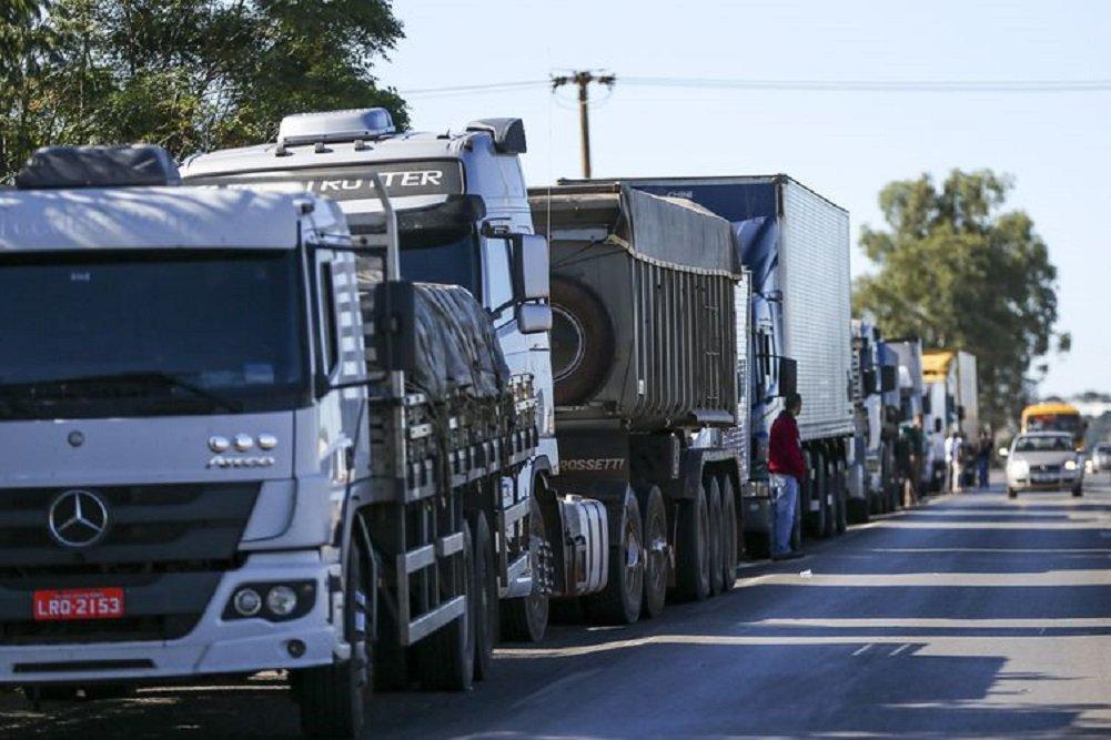 Em plena paralisação de 600 mil caminhoneiros pelo país, o presidente da Petrobras, Pedro Parente, tecnocrata filiado ao PSDB, autorizou mais um aumento do diesel, que já acumula 56% de alta nos últimos 10 meses; caminhoneiros encararam o aumento como desaforo e a paralisação tende a se fortalecer