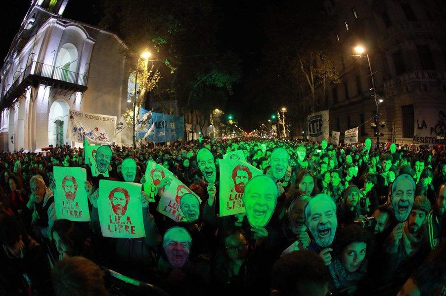 Os argentinos foram às ruas para prestar solidariedade ao ex-presidente Lula e pedir suas liberdade; em uma noite memorável, milhares se reuniram na histórica Plaza De Mayo e protestaram contra a prisão do maior líder da América Latina e por justiça por Marielle Franco