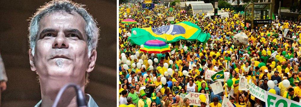 """""""A um mês da Copa e nada de verde e amarelo ... sinto que o movimento paneleiro, hoje morto de vergonha, é o grande responsável pelo fracasso nas vendas de camisas, bandeiras, faixas e outros símbolos pátrios. A camisa da seleção virou uniforme de pato"""", diz o baterista do Ira,André Jung"""