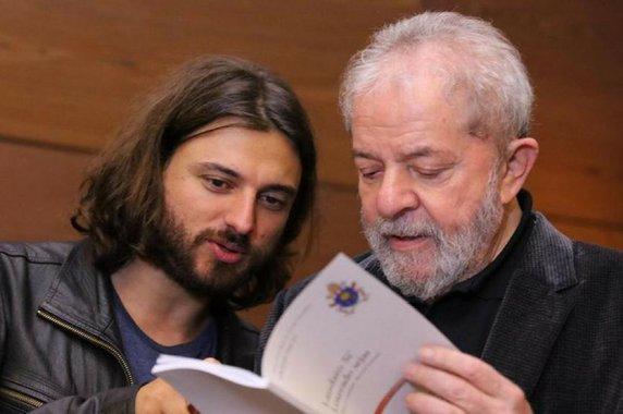 """O """"presente"""" era apenas um pretexto insignificante para o representante do Papa conversar com Lula sobre problemas espirituais, além de levar ao ex-presidente a palavra de conforto do Papa Francisco"""