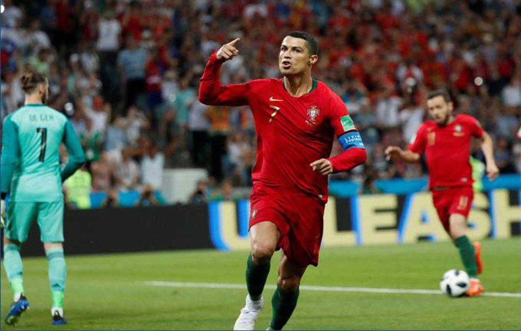 O jogador da Seleção Portuguesa e do Real Madrid, Cristiano Ronaldo, terá de efetuar o pagamento por causa de crimes fiscais; autoridades espanholas avaliaram que o jogador não tinha pago no total 5,7 milhões de euros ($R 25.05 milhões) de impostos