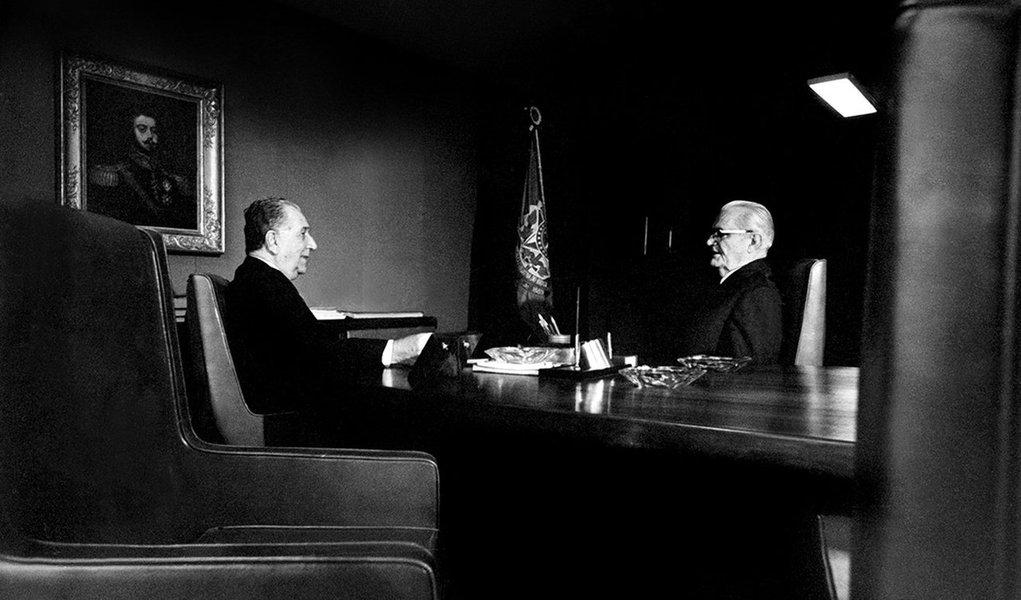Os generais Médici e Geisel,presidente e seu sucessor escolhido, em 1973