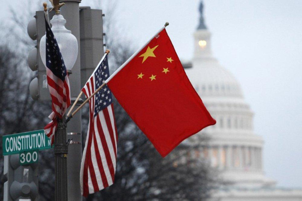 Bandeiras da China e dos Estados Unidos são vistas em Washington 18/01/2011 REUTERS/Hyungwon Kang