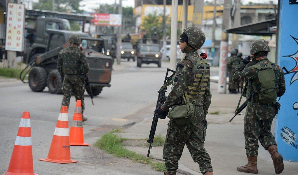 Rio de Janeiro - Forças Armadas fazem operação na Vila Aliança, em Bangu, zona oeste do Rio. Ação tem o objetivo de retirar barricadas colocadas para bloquear ruas (Tomaz Silva/Agência Brasil)