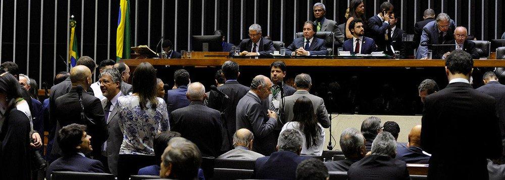 """""""Um dos problemas da política brasileira – e que nos diferencia de todos os países citados no levantamento – é que nosso sistema eleitoral sempre foi 'antipartidos'"""", afirma o jornalista Fernando Brito, do Tijolaço"""