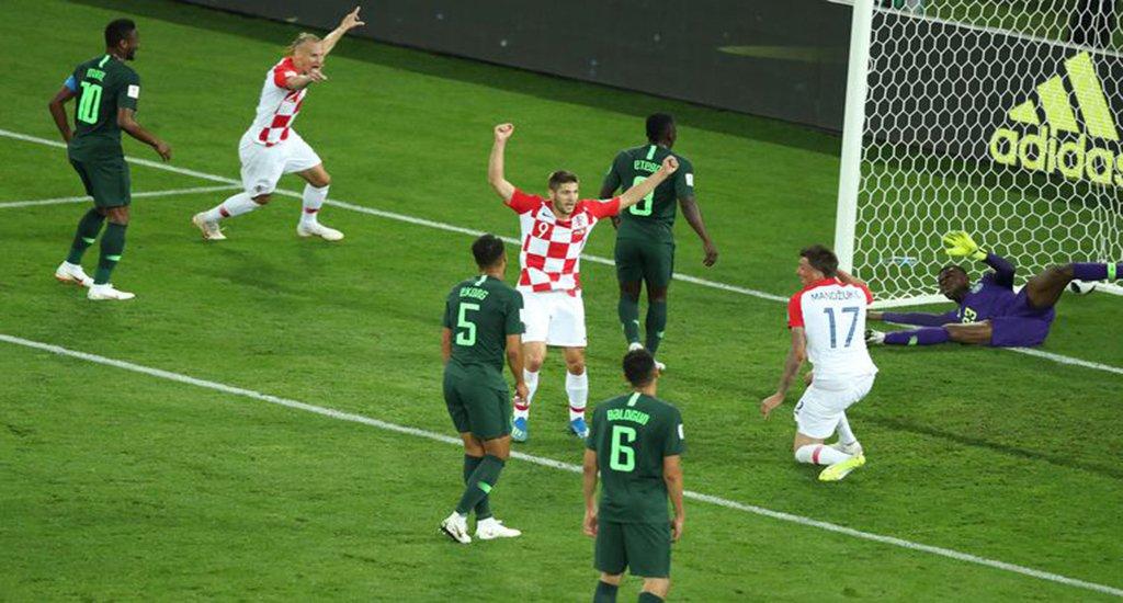 Copa 2018: Croácia e Nigéria. Jogadores da Croácia comemoram primeiro gol. Oghenekaro Etebo da Nigéria fez gol contra, o primeiro da Croácia.