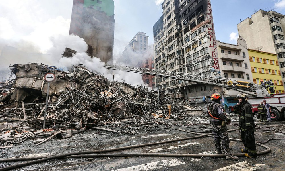 São Paulo 01/05/2018 Incendio em prédio de 24 andares no Largo do paissandu em São Paulo. Foto Paulo Pinto/FotosPublicas