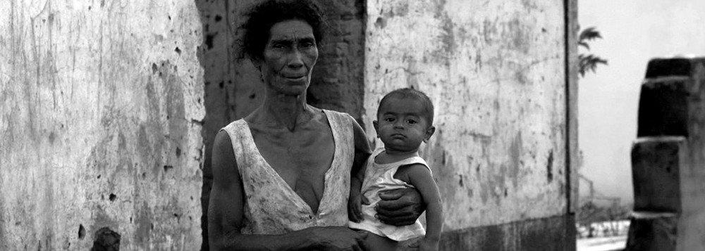 Relatório da Organização para a Cooperação e Desenvolvimento Econômico (OCDE) estima que, no Brasil, podem ser necessárias nove gerações para crianças nascidas em uma família de baixa renda (os 10% mais pobres da população) alcançarem a renda média do País; a média dos países da OCDE é de cerca de cinco gerações, segundo o estudoUm elevador social quebrado? Como promover a mobilidade social