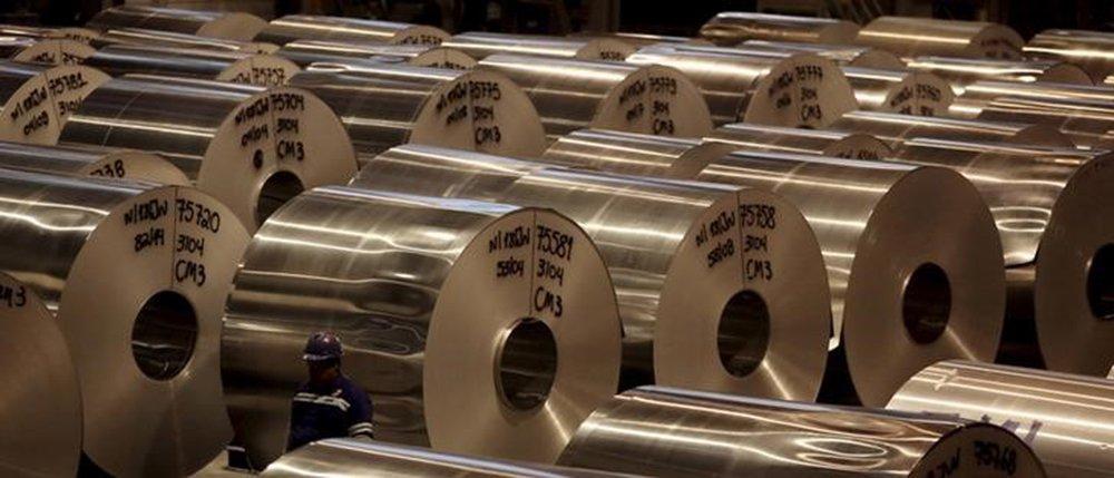 Bobinas de alumínio em fábrica de alumínio em Pindamonhangaba, no Brasil 19/06/2015 REUTERS/Paulo Whitaker