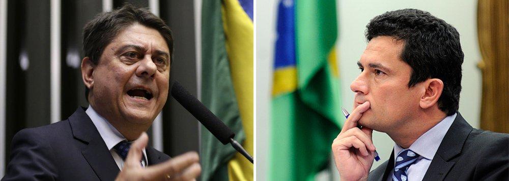 """Deputado Wadih Damous (PT-RJ) denunciou a decisão de Sérgio Moro de se arvorar dono das provas obtidas pela Lava Jato e impedir que os órgãos de controle 'incomodem' criminosos delatores; parlamentar denunciou, também, outra decisão de Moro: a de se negar a julgar o processo que envolve o ex-governador do Paraná Beto Richa (PSDB): """"Se Moro tirar a toga de justiceiro, por baixo vai aparecer a camiseta do PSDB"""""""