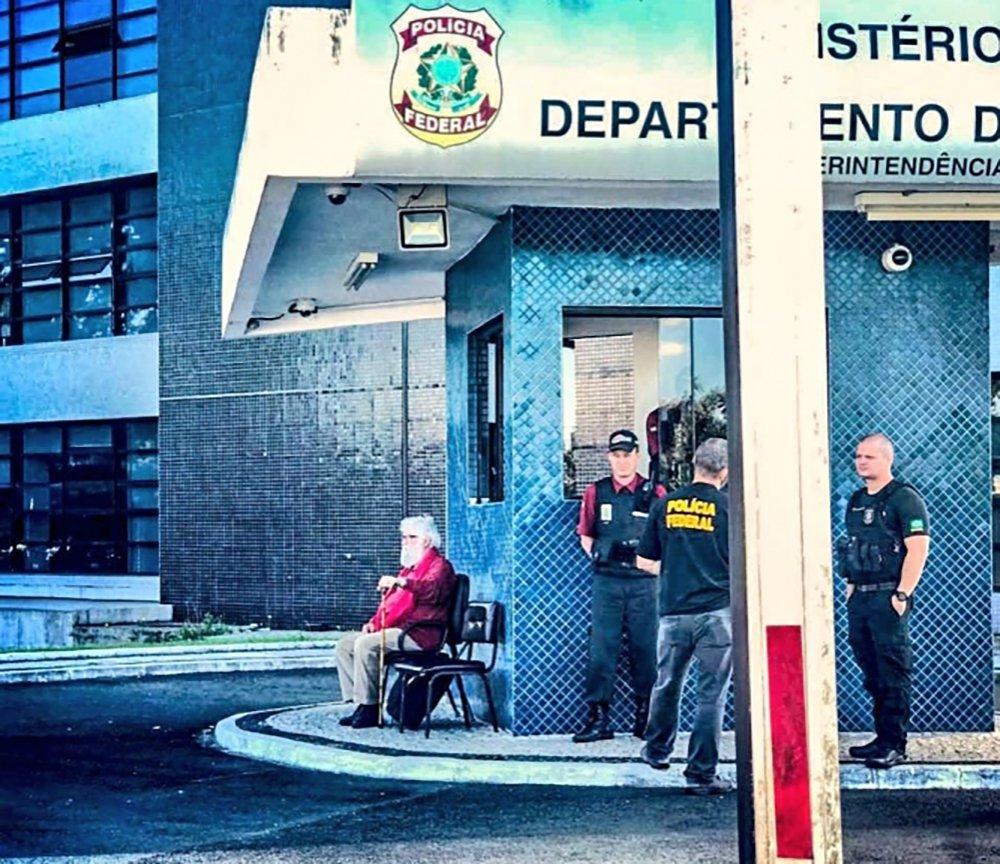 """Eduardo Matysiak, autor da foto que mostra Leonardo Boff sentado na porta da Polícia Federal ao tentar visitar Lula e que está rodando o mundo, se diz contente com a repercussão da imagem, mas que ao mesmo tempo a cena o trouxe uma sensação de """"tristeza e impotência"""". """"É horrível o que fizeram"""""""