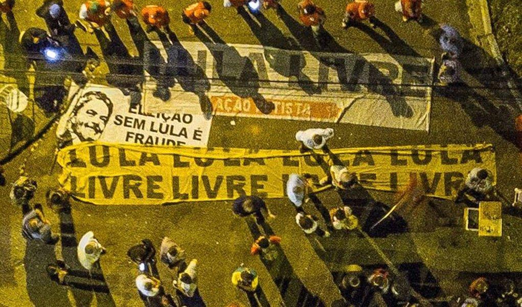 """Em nota, a Comissão Executiva Nacional do Partido dos Trabalhadores afirma que o ataque a tiros contra o acampamento Marisa Letícia, que abriga militantes que defende a liberdade de Lula, """"é mais um episódio de violência política contra a democracia e acontece um mês depois de tiros terem atingido ônibus da caravana Lula Pelo Brasil no interior do Paraná. Até agora não foram presos os autores dos disparos feitos no mês passado e tampouco os de ontem""""; leia a íntegra"""