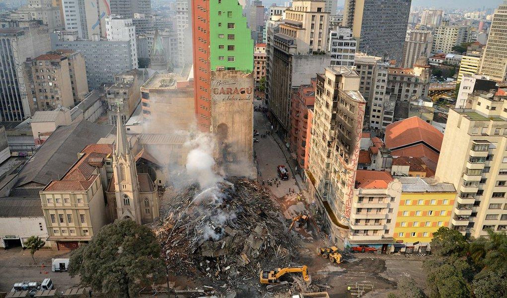 São Paulo 02 05 2018 Bombeiros trabalham na busca pelos desaparecidos e retirada dos destroços do predio que desabou da madrugada de ontem (1), em Saõ Paulo, no Largo do Paissandu.FOTO Rovena Rosa