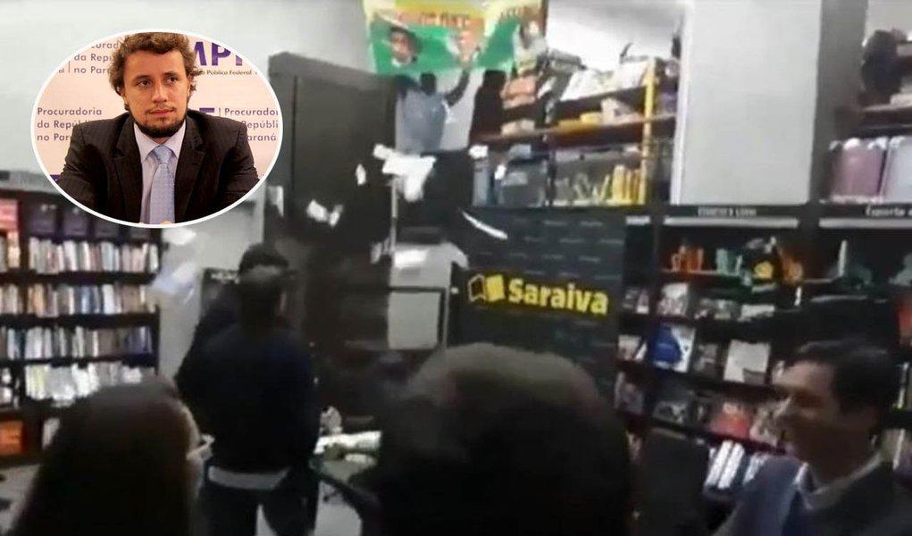 """Um grupo de apoiadores do ex-presidente Lula realizou na noite dessa quinta-feira, 13, um protesto durante o lançamento do livro """"O Amigo do Direito Penal"""", do procurador da República Diogo Castor de Mattos, integrante da força-tarefa da Operação Lava Jato; eles adentraram ao local ao som da melodia """"Olê, olê, olê, olá... Lula, Lula!"""", e chamaram os procuradores de """"inimigos da democracia""""; procurador Carlos Fernando dos Santos Lima também estava no evento; vídeo"""