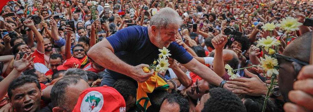 """Por trinta dias estais em uma cela; por trinta longos e intermináveis dias se achas recluso, isolado dos seus; da sua família e do seu incansável povo brasileiro; do mesmo povo que não cansa de gritar """"Lula Livre"""". Força Presidente! A história está plena e integralmente em vossas mãos..."""