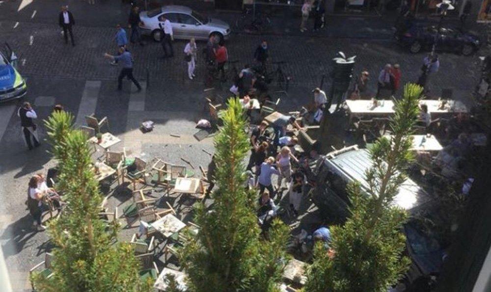 Veículo atropelou um grupo de pedestres no ocidente da Alemanha, deixando vários mortos e feridos; de acordo com o portal Spiegel Online, ainda não está claro se se trata de um ataque terrorista; ao menos 3 pessoas morreram e outras 50 ficaram feridas