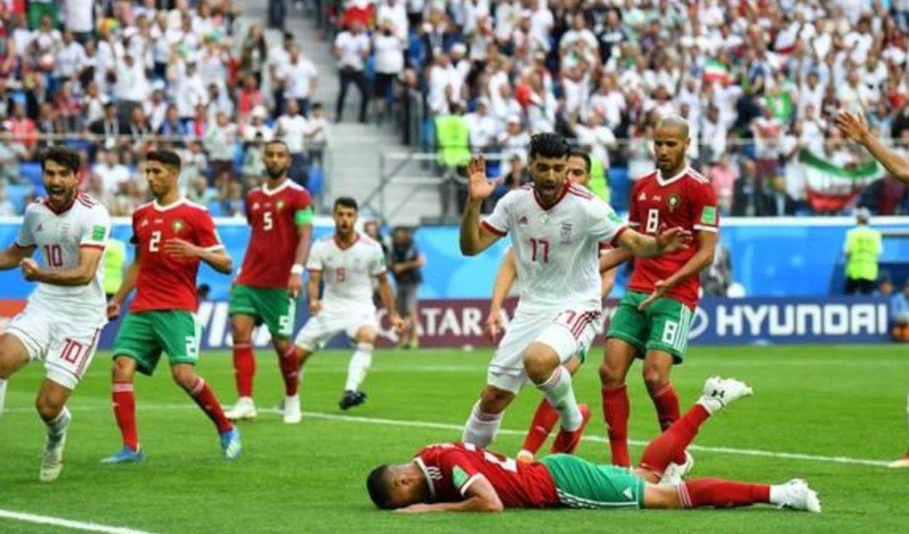 Aziz Bouhaddouz marcou um gol contra aos 50 minutos do segundo tempo e deu ao Irã uma surpreendente vitória por 1 x 0 sobre o Marrocos no primeiro jogo do Grupo B da Copa do Mundo, nesta sexta-feira; foi um resultado cruel para o Marrocos, que fazia sua primeira aparição em Mundiais em 20 anos. Depois de começarem bem a partida, os marroquinos vão lamentar uma exibição cautelosa no segundo tempo