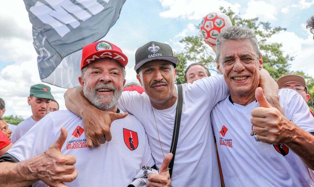 Guararema SP 23 12 2017 Mano Brown trouxe seu abraço de fim de ano e o desejo de um feliz 2018 para Lula e Chico Buarque depois do jogo de confraternização no estádio Socrates Brasileiro. Foto: Ricardo Stuckert