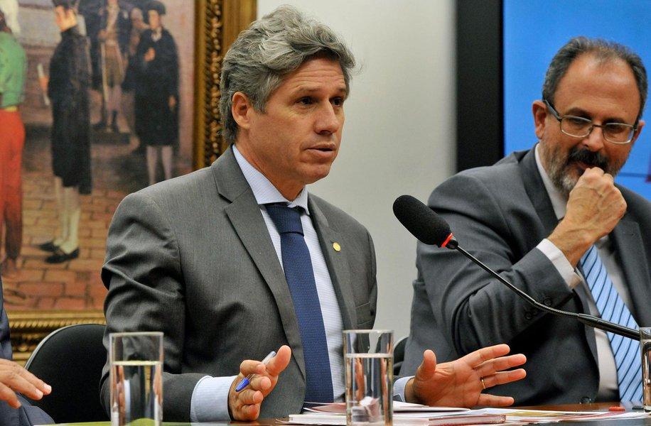 """O deputado Paulo Teixeira (PT-SP) destacou pedido dopresidente da Câmara dos Deputados, Rodrigo Maia (DEM-RJ), feito ao STF para anular decisões da juíza Carolina Lebbos de impedir uma comissão externa da Casa de vistoriar as instalações da cela em que o ex-presidente Lula se encontra detido, em Curitiba (PR); Teixeira reforçou que Lula é um """"preso político"""" que deve manter """"sua prerrogativa respeitada"""". """"O veto da juíza à inspeção foi gravíssimo!"""""""