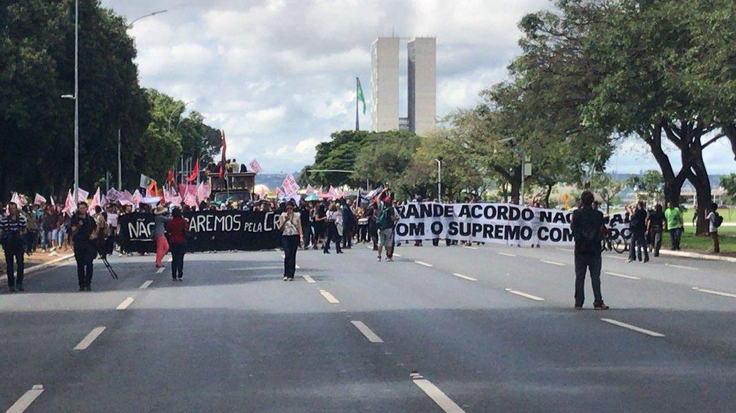Estudantes e servidores da Universidade de Brasília (UnB) protestaram nesta tarde em frente ao Ministério da Educação, onde cobram, do governo federal, a devolução de recursos obtidos pela própria universidade, por meio do aluguel de imóveis e pela prestação de serviços, repassados ao Tesouro