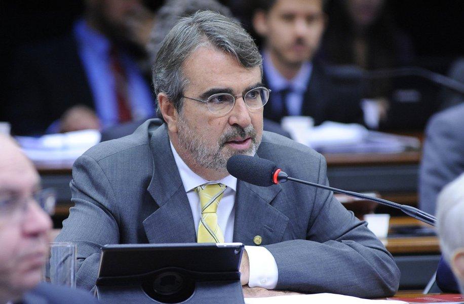 """O deputado federal Henrique Fontana (PT-RS) lamentou os tiros contra o acampamento em favor do ex-presidente Lula em Curitiba (PR); """"Precisamos combater a intolerância, a violência e a fascistização da política. Os responsáveis pelos tiros são aqueles que incitam o ódio contra Lula e a esquerda"""", escreveu o parlamentar no Twitter"""