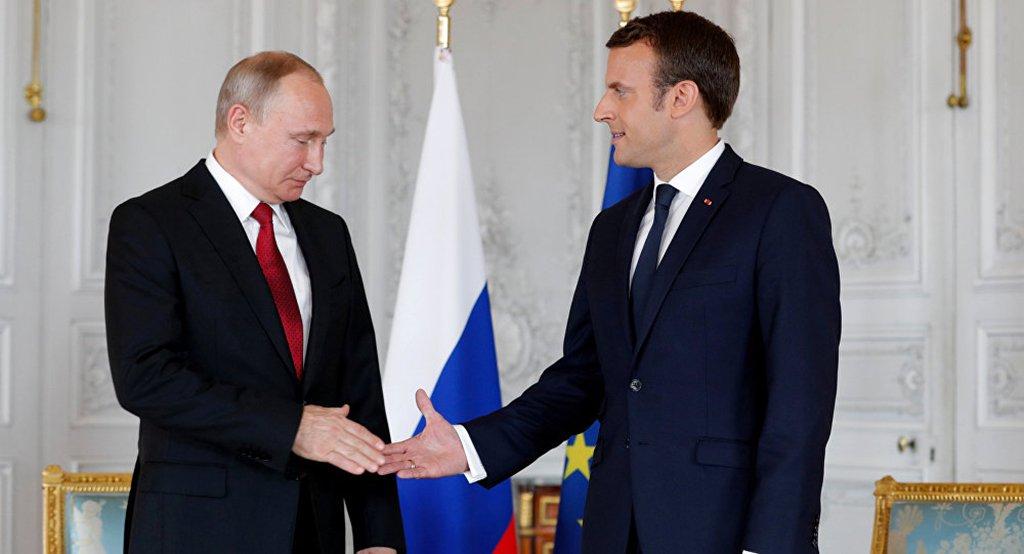 """O presidente russo, Vladimir Putin, teve uma conversa telefônica com o presidente da França, Emmanuel Macron, na qual discutiu o acordo nuclear iraniano; Macron informou Putin sobre os resultados da sua visita aos EUA, com ênfase nas negociações quanto à situação do Plano de Ação Conjunto Global, referente ao programa nuclear iraniano; a assessoria de Putin adiciona que """"os presidentes da Rússia e França se expressaram a favor da preservação do plano e da sua implementação rigorosa"""""""