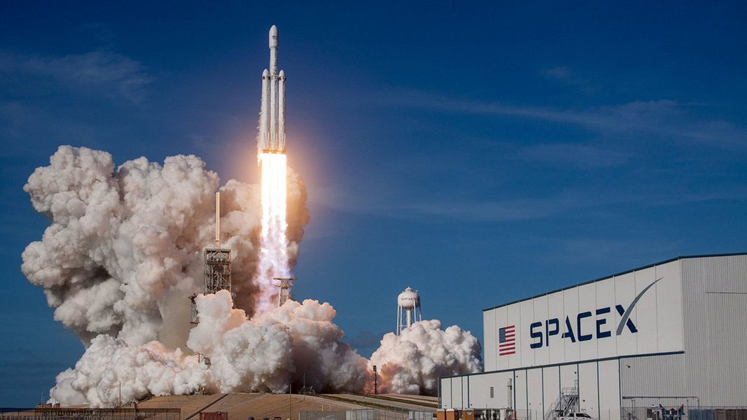 """O prefeito de Los Angeles confirmou os relatos de que aSpaceXconstruirá seu maior foguete, o BFR, no Porto de Los Angeles; anunciado em setembro do ano passado, a companhiapretende que o BFRsubstituaseus foguetes Falcon 9 e Falcon 9 Heavy; """"Poderia eventualmente transportar a humanidade para Marte ou ser usado para transporte ponto a ponto na Terra"""", diz a empresa"""