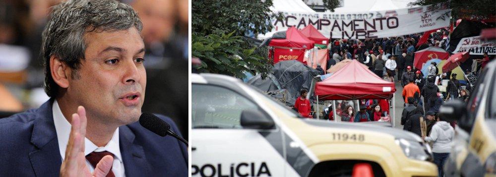 """""""Tem responsáveis por isso"""", diz o senador Lindbergh Farias (PT-RJ) em vídeo, citando """"campanha de ódio"""" disseminada pela Rede Globo, que segundo ele está """"sustentando o movimento neofascista no Brasil""""; """"Depois tem o Bolsonaro, com esse discurso de intolerância. E o juiz Sergio Moro também é responsável, com essa campanha feita contra o presidente Lula, o PT e as esquerdas desse país"""", completa; parlamentar defende a criação de uma """"grande frente antifascista"""" no Brasil; assista"""